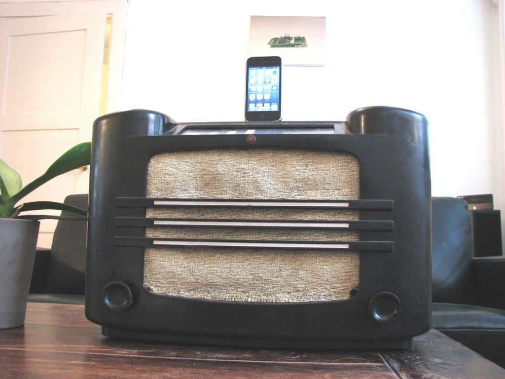 Cool circuit ideas - Old radio iPhone dock