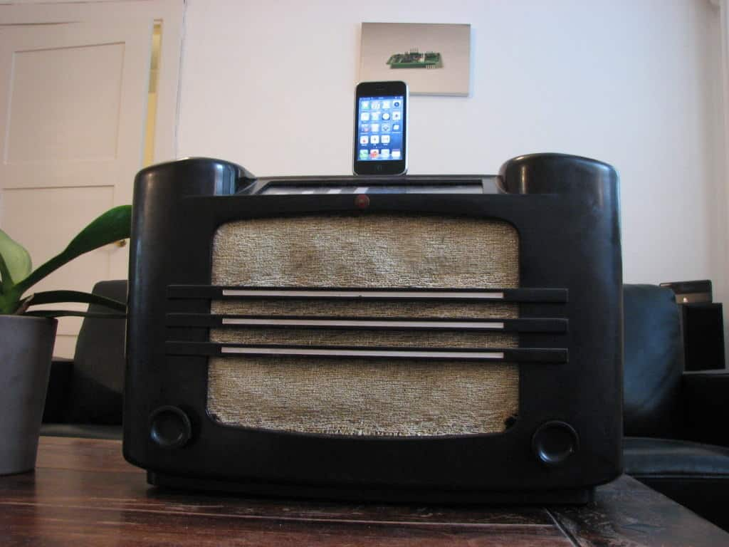 Finished electronics project - old radio iphone dock
